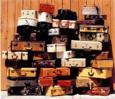 vieille valises rigides, peut être endomagées car certaines seront repeintes pour faire une table de chevet en les empilant.
