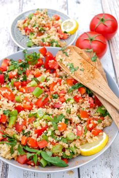 Tabbouleh: quick and refreshing bulgur salad with parsley .-Taboulé: schneller und erfrischender Bulgursalat mit Petersilie & Tomaten Tabbouleh: A quick and refreshing bulgur salad with parsley, mint, bell pepper, spring onions and tomatoes - Grilling Recipes, Veggie Recipes, Salad Recipes, Healthy Recipes, Oats Recipes, Veggie Food, Summer Recipes, Veggies, Food And Drink