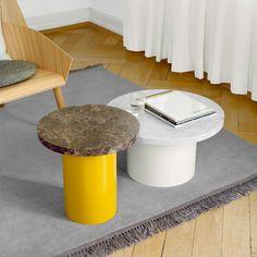 Avec la collection  Enoki éditée par E15, le designer Philipp Mainzer  présente des petites tables fonctionnelles et ludiques. Jouant habilement avec les matériaux, les couleurs et les dimensions, les tables basses Enoki combinent un plateau en marbre et un pied en acier coloré.