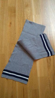 Grauer Strickschal mit dunkelblauen/weißen Streifen