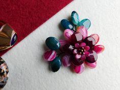 Compoziția florală este confecționată din petale de agat dantelă și hematit. Sârma modelatoare este din cupru placată cu aur de 18 karate. Karate, Napkin Rings, Album, Floral, Model, Decor, Bijoux, Decoration