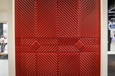 s painéis decorados da Decopainel (www.decopainel.com.br) são entalhados em chapa de MDF produzido com madeira de reflorestamento. Os produtos estão disponíveis em diferentes cores e padrões de relevo e foram expostos na feira Expo Revestir 2013, em São Paulo