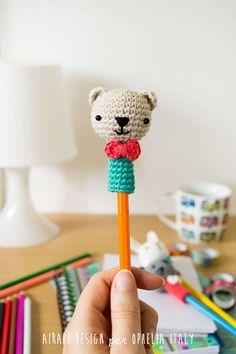 Amigurumi Pencil Decoration 15 - Crochet Clothing and Accessories Crochet Diy, Crochet Motifs, Crochet Amigurumi, Love Crochet, Crochet Gifts, Amigurumi Doll, Amigurumi Patterns, Crochet Dolls, Crochet Stitches