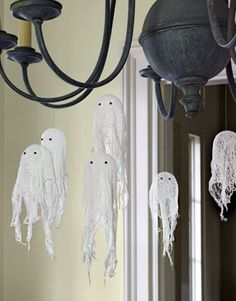 Starch + Cheesecloth + Mini Balloons = adorable floating ghosts. #halloweendecor Easy Halloween Crafts, Halloween Projects, 50 Diy Halloween Decorations, Halloween Quilts, Halloween Party Supplies, Halloween Ideas, Fairy Halloween Costumes, Halloween Food For Party, Cute Halloween