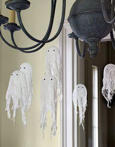 Cuelga fantasmas de gasa de las lámparas! / Hang some gauze ghosts from the lamps!