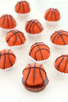 Score at your next basketball party with these hard to resist peanut butter and chocolate truffles shaped and decorated as mini basketballs! Peanut Butter Truffles, Peanut Butter Chips, Reeses Peanut Butter, Chocolate Truffles, Melting Chocolate, Chocolate Filling, Chocolate Recipes, Basketball Party, Basketball Birthday