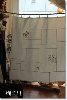여귀 야생화 자수 가리개~~~ 봄맞이 커튼 대용으로 아주 요긴 할 것 같아요..^ ^ 저희 집은 커튼을 잘 활용... Jelly Roll Quilt Patterns, Patchwork Quilt Patterns, Quilting Patterns, Jellyroll Quilts, Easy Quilts, Machine Quilting Designs, Hand Quilting, Charm Pack Quilts, Quilting For Beginners