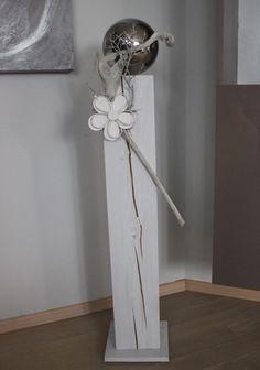 GS97 – Große Dekosäule für Innen und Aussen! Weiß gebeizt, dekoriert mit einer großen Edelstahlkugel, natürlichen Materialien und einer Holz-Metallblume! Preis 84,90€ Höhe ca 100cm