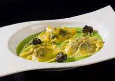 snail ravioli with pea sauce Christmas Recipes Dinner Main Courses, Dinner Recipes, Dinner For 2, Cuisine Diverse, Chefs, Maine, Seafood Dishes, Diy Food, Food Hacks