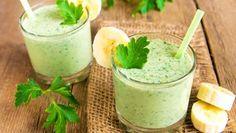 Zwei kleine Gläser mit hellgrün, milchiger Kräutercreme.