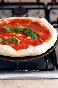pizza fatta in casa come in pizzeria Mozzarella, Focaccia Pizza, Pizza Life, Vintage Kitchen, Biscotti, Pie, Homemade, Cooking, Desserts
