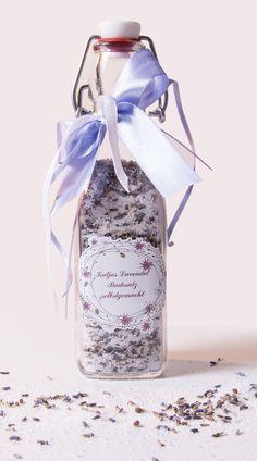Dekoidee fürs Bad: Badesalz in schöne Flasche füllen und mit eigenem Etikett verzieren