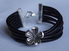 bransoletka z dużym kwiatek na czarnych rzemykach  bracelet with a flower on a black thong