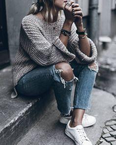 Jeansen och snygg stickad tröja och sneakers!