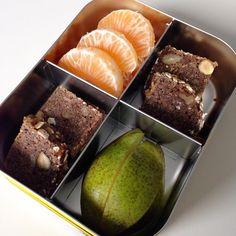 Gut das ich gestern vergessen habe Euch meine FrühstücksBox zu zeigen. Ich hab heute den ganzen Tag mit Migräne im Bett verbracht, daher gab es heute nix. Gestern zum Frühstück: Schwarzbrot mit Erdnussbutter, Birne und Mandarinchen. #leckerbox #lecker #frühstück #frühstücksbox #lunch #lunchbox #lunchbots #kivanta #bento #bentobox
