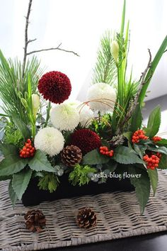 Tips On Sending The Perfect Arrangement Of Flowers – Ideas For Great Gardens Winter Flower Arrangements, Ikebana Flower Arrangement, Christmas Arrangements, Christmas Table Decorations, Flower Decorations, Floral Arrangements, Christmas Flowers, Winter Flowers, Green Flowers