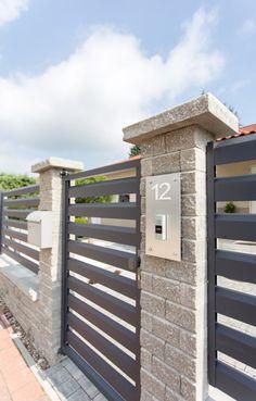 Horizontal metal gate and fence with slats House Fence Design, Wood Fence Design, Modern Fence Design, Front Gate Design, Door Gate Design, Bungalow House Design, White Exterior Houses, Dream House Exterior, Backyard Fences