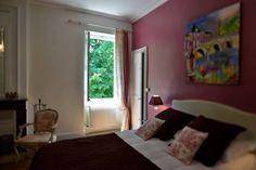 La plus spacieuse (40 m2), pouvant accueillir 2 ou 3 personnes, orientée plein Sud avec vue sur le parc. Tout en charme et élégance, avec son armoire Bordelaise d'époque XVIIIème en acajou, son petit bureau de style Louis XV, et sa décoration raffinée en Toile de Jouy dans les tons blanc et rose… - Un grand lit de 180 cm (ou possibilité de deux lits de 90 cm sur demande). - Un petit lit à rouleaux de 90 cm. - Une salle de bains avec double vasque, douche à l'italienne et baignoire îlot