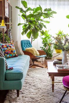 Vemos el antes y después de un salón donde se ha conseguido muchísima luz gracias a muebles alegres y plantas.