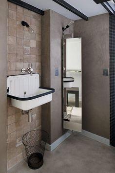 Une salle de bains aux tons naturels