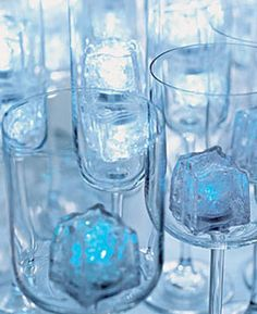 Use plastic, lighted drink cubes in place of standard ice, to adds sparkle to your drink. This would be cute for a winter party! 26th Birthday, Frozen Birthday Party, Frozen Party, Birthday Ideas, Christmas Cocktail Party, Christmas Cocktails, Banana Party, Salon Party, Frozen Wedding