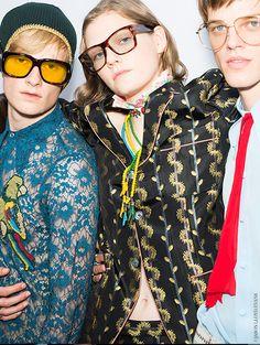 En backstage du défilé Gucci homme printemps-été 2016 à Milan, lunettes 70's, mannequins