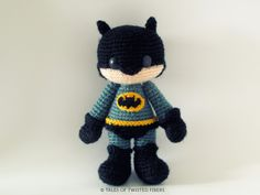 Make your very own amigurumi caped crusader . Free tutorial with pictures on how to make a character plushie in 12 steps by crocheting and amigurumi with fingering weight yarn, crochet thread, and crochet hook. Inspired by batman and super hero. Crochet Diy, Crochet Gratis, Crochet Amigurumi, Amigurumi Doll, Amigurumi Patterns, Crochet Dolls, Crochet Patterns, Batman Amigurumi, Batman Free