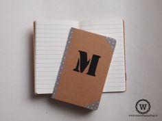 Notitieboekje met letter of persoonlijke tekst