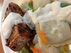 #PapiCocina salmón a la plancha con Ravioli de vegetales en salsa Alfredo. Salsa Alfredo, Pasta, Steak, Food, Inspiration, Vegetable Recipes, Sauces, Biblical Inspiration, Essen
