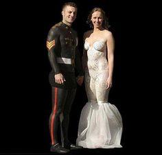 Darf ich vorstellen: Das Bodypainting-Paar. Es ist doch schön, wenn der Bräutigam zu seiner Braut hält oder? Das Brautkleid und der Anzug des Bräutigams sind tatsächlich komplett aufgemalt. Verrückt, oder? | unfassbar.es