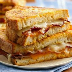 Bacon and Egg Breakfast Grilled Cheese @keyingredient #cheese #breakfast #bacon #bread