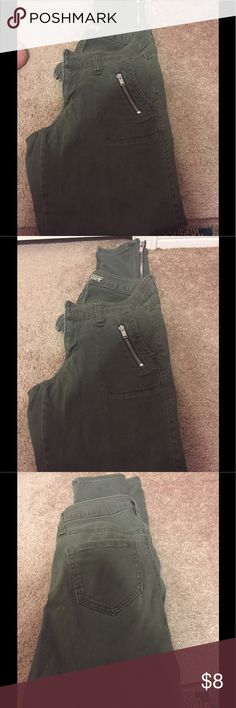 Olive skinny jeans size 2 - like new 👖 Old Navy olive green skinny jeans with zipper pockets and zippers at the ankles size 2 like new condition 👖 Old Navy Jeans Skinny