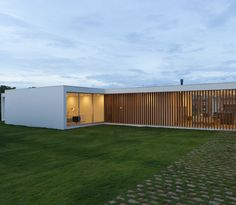 Maíra Acayaba – Casa Salto Arch House, Facade House, Minimalist Architecture, Architecture Design, Cheap Houses, Exterior Cladding, Minimal Home, Small Pools, House In The Woods