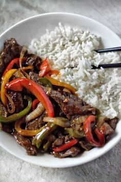 Pepper Steak Recipe - Coop Can Cook Easy, restaurant quality Chinese Pepper Steak recipe made in your own kitchen. Tender beef and veggies covered in a savory brown sauce. Top Recipes, Asian Recipes, Beef Recipes, Dinner Recipes, Cooking Recipes, Easy Steak Recipes, Turkey Recipes, Dinner Ideas, Gourmet