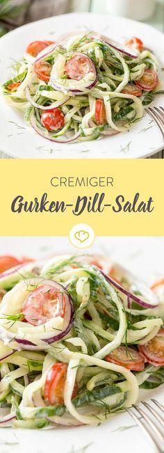 Gurkenstreifen, cremiger Joghurt, kleine, saftige Kirschtomaten, ein wenig Dill – schon ist der leichte, kühle Gurkensalat fertig.