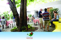 No quintal pode-se acomodar eventos ao ar livre. Mesas são dispostas em torno da árvore.