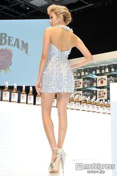 (画像8/13) ローラ、SEXYドレスで美脚&美背中あらわ 流暢な英語を披露