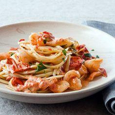 Helppo katkarapu-tomaattipasta  8 luumutomaattia 2 nokaretta voita oliiviöljyä 300 g pieniä, kuorittuja katkarapuja 4 valkosipulin kynttä m...