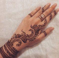 Neeeeed a henna kit Henna Art Designs, Bridal Henna Designs, Mehndi Design Pictures, Best Mehndi Designs, Beautiful Henna Designs, Mehndi Designs For Hands, Mehandi Henna, Henna Tattoo Hand, Mehendi