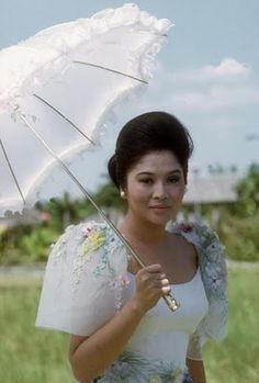 Those sleeves are beautiful! Former First Lady of the Philippines Imelda Marcos in the filipino butterfly sleeves Filipino Art, Filipino Culture, Traditional Sleeve, Traditional Dresses, Philippines Dress, Philippines People, Philippines Travel, Filipiniana Dress, Filipiniana Wedding