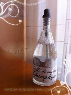 Bubble soap. Bolle di sapone in una simpatica bottiglia di champagne, per il taglio della torta o l'uscita dalla chiesa.