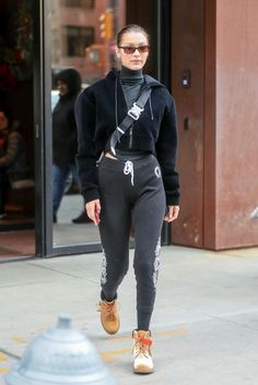 Bella and Gigi Hadid continue to reap the sartorial benefits of sisterhood. Bella Hadid Outfits, Bella Gigi Hadid, Bella Hadid Style, Cozy Winter Outfits, Warm Outfits, Casual Fall Outfits, Combat Boots Style, Celebrity Style Inspiration, Fashion Inspiration