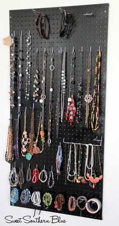 DIY - Peg Board Jewelry Holder - Sweet Southern Blue - DIY Jewelry Wall Organizer + Holder ideas for Dainty + Minimalist Jewelry La mejor imagen sobre hea - Diy Jewelry Wall, Jewelry Holder Wall, Diy Jewelry Unique, Diy Jewelry To Sell, Jewelry Hanger, Hanging Jewelry, Jewelry Stand, Jewelry Boards, Jewelry Tree