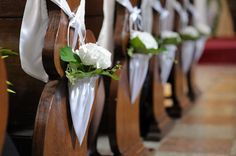 Weiße Hortensien an jeder Kirchenbank. Sieht sehr modern und festlich aus.