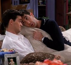 Discovered by Άννα Τ. Find images and videos about funny, friends and tv show on We Heart It - the app to get lost in what you love. Tv: Friends, Friends Tv Show, Serie Friends, Friends Scenes, Friends Cast, Friends Episodes, Friends Moments, Friends Forever, Chandler Friends