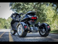 Back in late 2013 we showed you Motor Trike's conversion kit which transformed the Suzuki Burgman maxi scooter into a fancy trike. Now it's time to add a new scooter to the roster, as Motor Trike introduces the Honda Silverwing GT3 trike kit. One of the coolest things about the kit is that it will fit all Silverwing maxi scooters manufactured from 2001 until the present day. This means no model year-related restrictions for the customers who want to go three-wheel with their ride.