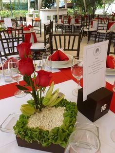 Centro de mesa en rojo y blanco, de Florería el Paraíso en Quinta Pavo Real del Rincón www.pavorealdelrincon.com.mx