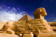 Sphinx von Gizeh in Ägypten - Die große Sphinx von Gizeh ist neben den Pyramiden wohl eines der berühmtesten Bauwerke Ägyptens. Sie wurde vermutlich  zwischen 2700 und 2600 v. Chr. erbaut und befindet auf dem Gizeh-Plateau, in der Nähe der heutigen Stadt Kairo. Die Statue ist ist 73 Meter lang, sechs Meter breit und hat die Höhe von 20 Metern.