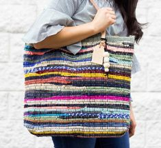 dollar store rag rug into a chic and colorful Rag Rug DIY Tote Bag Bag Sewing, Free Sewing, Sewing Tutorials, Sewing Projects, Sewing Patterns, Bag Patterns, Diy Projects, Bag Tutorials, Tote Pattern