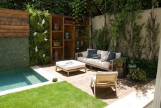 Best stunning achei u jardins pequenos with jardin con piscina pequea with como decorar un jardin con piscina. Outdoor Rooms, Outdoor Living, Outdoor Furniture Sets, Outdoor Decor, Patio Chico, Small Pools, Small Gardens, Pool Designs, Backyard Landscaping